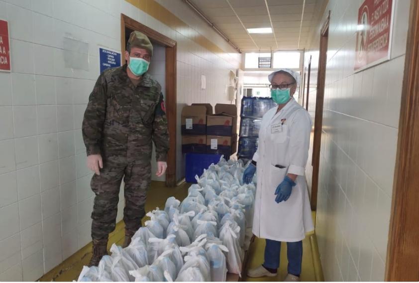 La empresa Ucalsa prepara más de 13.000 bolsas de comida para militares