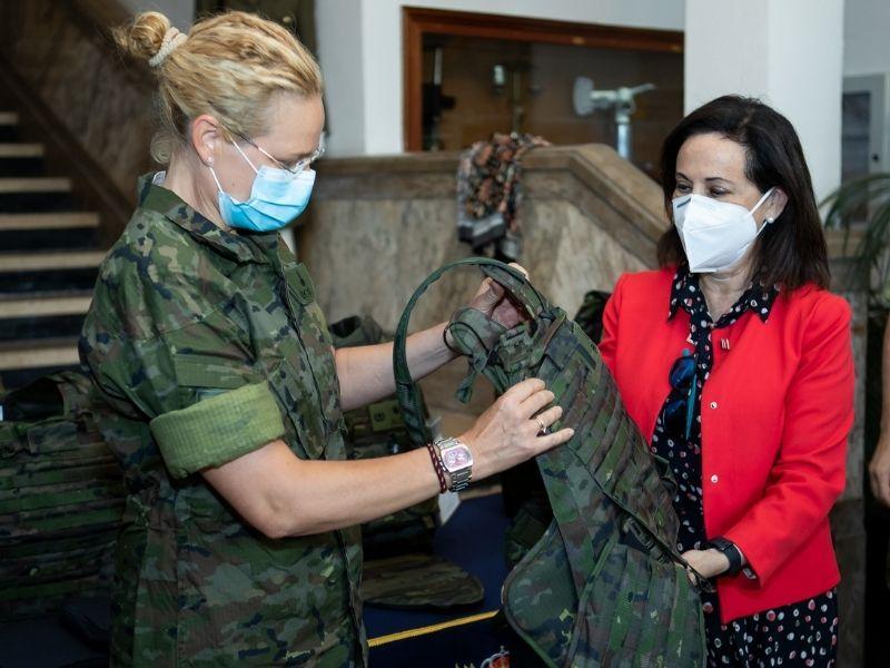 Robles conoce el nuevo chaleco femenino antifragmentos desarrollado por la empresa FECSA en su visita al centro de material de Intendencia del Ejército de Tierra